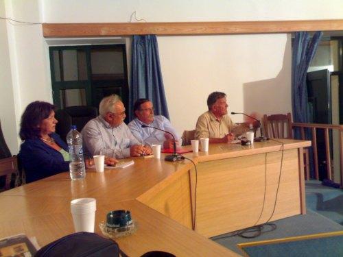 Ο καθ. Γ. Τσελ�ντης μιλά υπό τα βλ�μματα των συνομιλητών του Ρ. Καραβασίλη, Σ. Κουρουζίδη και Τ. Μπιτούνη
