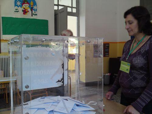 Η Άννα Προκόπη φρουρός της κάλπης στο 140ο εκλογικό τμήμα Κανδήλας -στην Κρήτη της Αρκαδίας